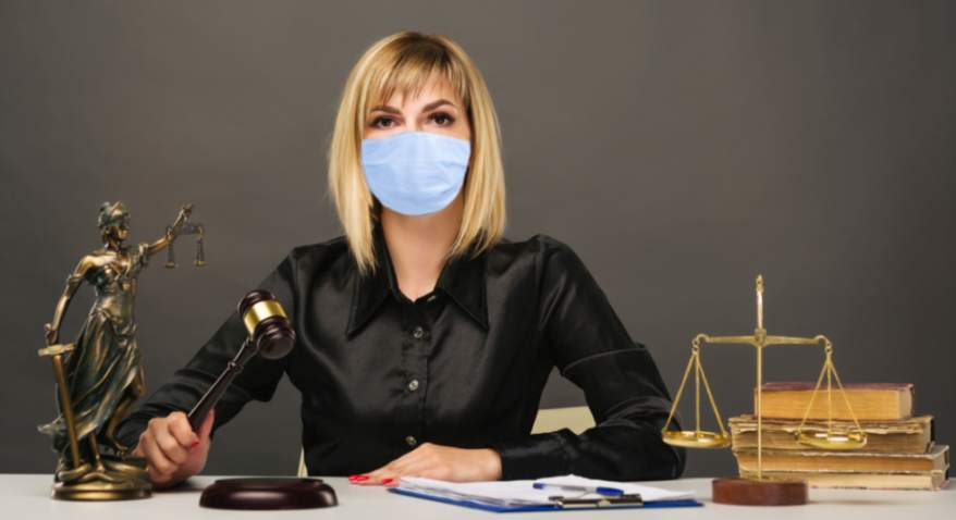 Insolvenz-Pflicht Corona junge Richterin mit Maske filins Adobe Stock