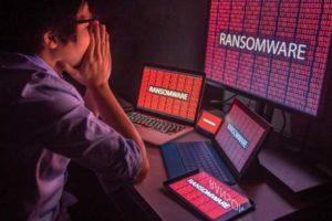 Junger asiatischer Mann sitzt vor Endgeräten mit Ransomewarebefall. Die Attacken von Hackern werden 2021 ausgefeilter, glaubt Kaspersky.