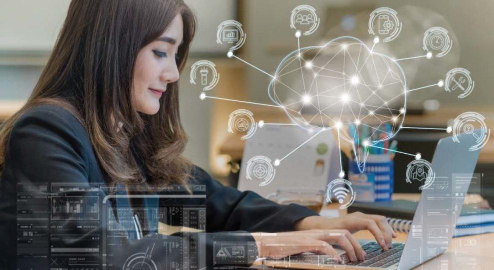 Frau programmiert am Laptop. Künstliche Intelligenz verändert unsere Arbeitswelt.