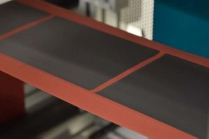 Herstellung von Elektroden für Lithium-Ionen-Batterien: Das Aktiv-Material wird als Paste aufgetragen und anschließend getrocknet. Bild: Ralf Diehm, KIT
