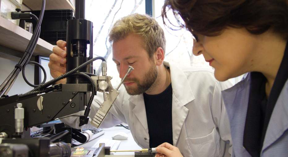 Sevda Abadpour und Axel Diewald vom Institut für Hochfrequenztechnik und Elektronik (IHE) des KIT positionieren einen Chip auf einer Platine.