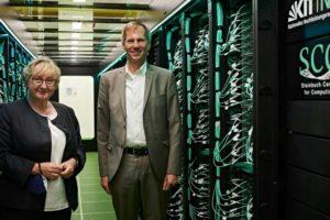 Theresia Bauer und Oliver Kraft bei der Einweihung von HoreKa am KIT