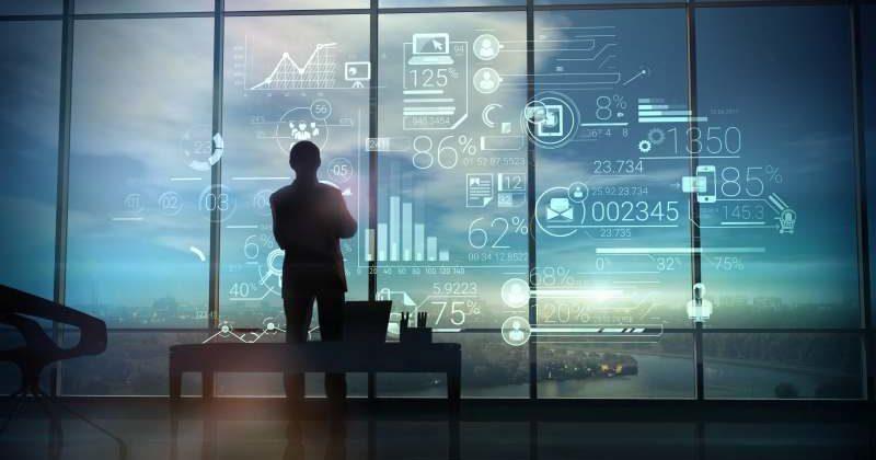 CEO vor einem Fenster mit Zahlen. KPMG CEO Outlook Studie. Bild: conceptcafe/Adobe Stock