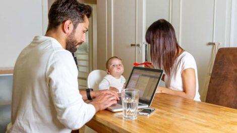 39 Prozent der 35- bis 44-Jährigen leiden unter der Doppelbelastung von Homeoffice und Kinderbetreuung. Bild: Jürgen Fälchle Adobe Stock