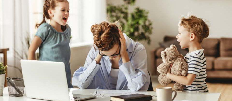 Laut LinkedIn-Studie hatten es berufstätige Frauen während des Lockdowns schwerer als Männer. Bild: JenkoAtaman/stock. adobe.com
