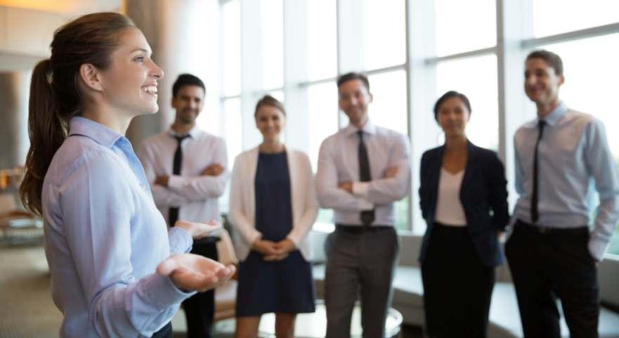 Weibliche Führungskraft mit ihrem Team. Ein seltenes Bild in deutschen börsennotierten Konzernen. Bild: Mangostar/Adobe Stock