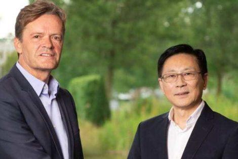 Markus Schäfer, Daimler AG (l.), Dr. Yu Wang, Farasis Energy
