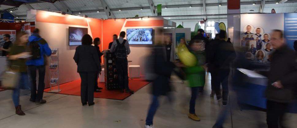 Industriemesse mit Ausstellungsständen. Welche Messen finden 2021 vor Ort statt – und welche online oder gar nicht? Eine Übersicht. pattilabelle/Adobe Stock