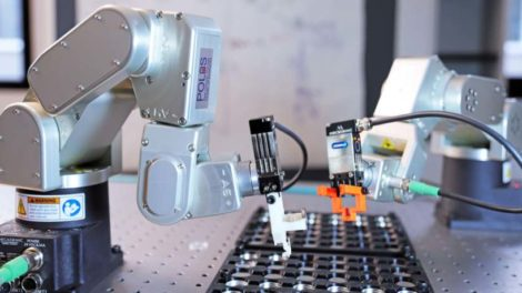 Die konsequente Automatisierung sowie der Einsatz von KI beim Planen und Auswerten von Versuchsreihen sollen die Entwicklung neuer Batterien beschleunigen. Bild: Daniel Messling/KIT