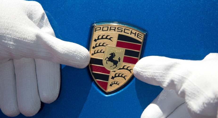 Wappen der Porsche AG. Porsche hat in das Software-Unternehmen Aurora Labs investiert