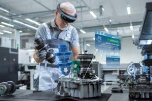 AR unterstützt den Menschen im Arbeitsalltag.. Bild: PTC
