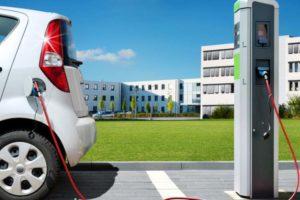 Elektromobilität Elektrosäule. Das einzige Segment, das im Autobereich wächst, hat PwC festgestellt.