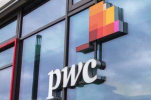 PwC Logo am Gebäude in Berlin
