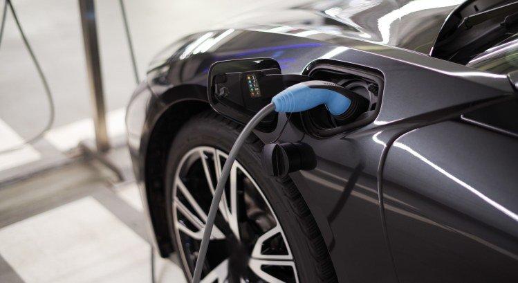 PwC Elektromobilität Wellnhofer Designs Adobe Stock