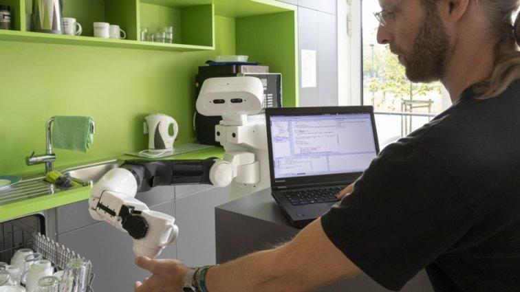 Roboter Tiago DFKI Tasse Wissenschaftler