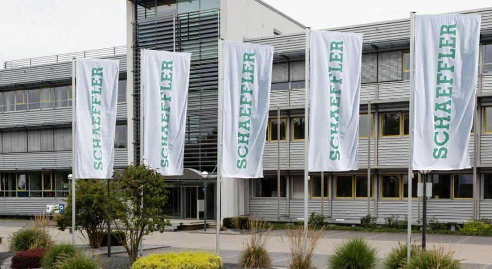 Schaeffler Fahnen vor Automotive-Hauptquartier