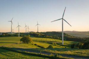 Mehrere Windräder auf freiem Feld. Die Siemens Wind Energy Generation ist nun Teil der Siemens-Tochter Flender GmbH. Bild: Anselm/Adobe Stock
