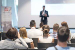 Startup pitcht Projekt vor Zuhörern