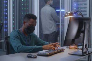 Junger Mann arbeitet in Pademiezeiten am PC. TeamDrive-Chef Detlef Schmuck erwartet eine IT-Pandemie.