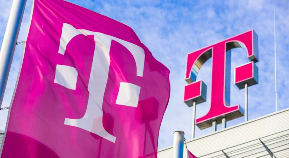 Telekom-Logo und Fahne vor der Zentrale. Die Marke war nie wertvoller.