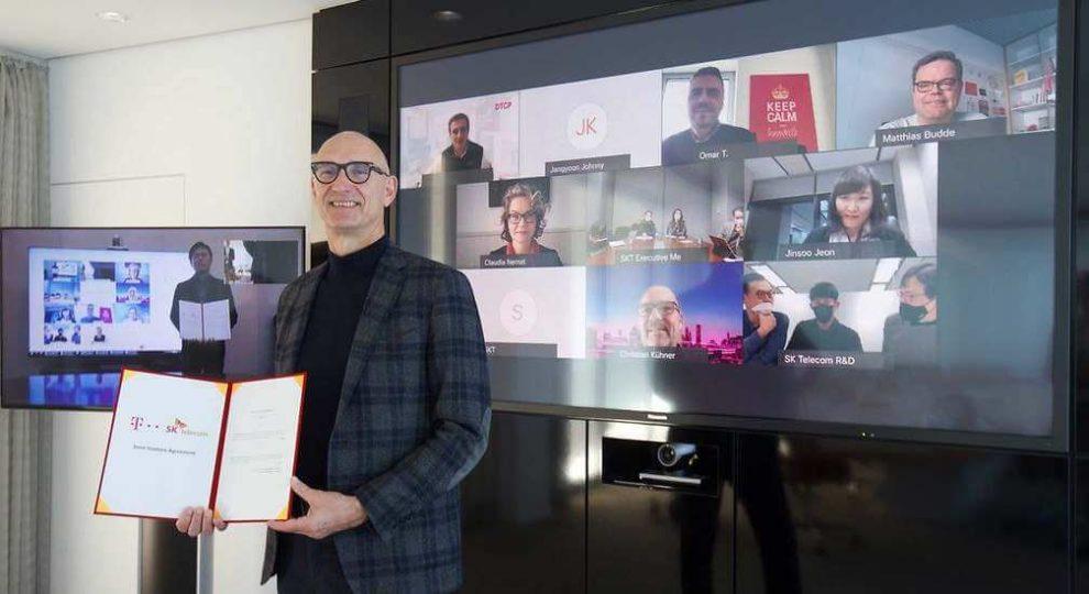 Telekom und SKT gründen Joint Venture für 5G-Repeater. Im Bild: Telekom-CEO Tim Höttges und SKT-CEO Park Jung-ho mit ihren Teams bei einer gemeinsamen Videokonferenz.