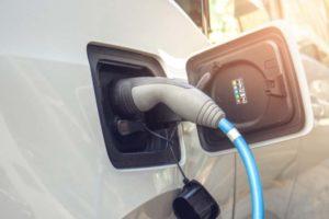 Ein E-Auto wird geladen. Deutsche Telekom und Vattenfall kooperieren bei der Ladeinfrastruktur für E-Fahrzeuge