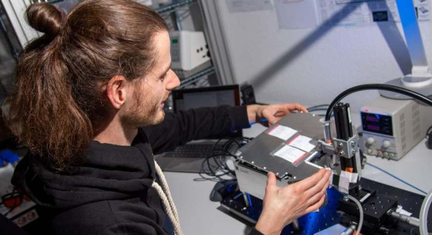 Q.ANT-Mitarbeiter testet Funktionalität eines Quantensensors. Bild: Trumpf