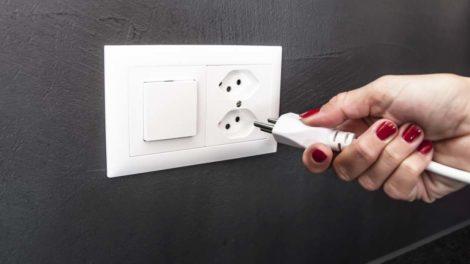 Acht Frauen starben 2018 bei einem Stromunfall, sechs davon im Haushalt. Bild: danischneider17/Adobe Stock