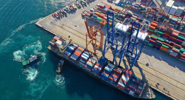 Container werden auf ein Schiff verlanden. Der VDMA berichtet, dass sich der Maschinenbau langsam von der Corona-Krise erholt. Bild: aerial-drone/Adobe Stock