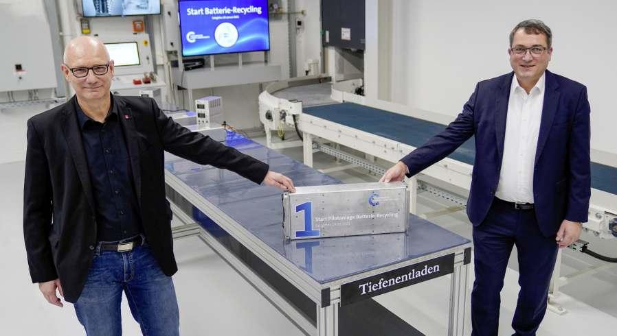 Andreas Salewsky (r.) und Dirk Windmüller nehmen Pilotanlage Batterie-Recycling in Salzgitter inBetrieb