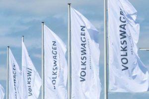 Fahnen von Volkswagen im Wind. Der Konzern investiert 73 Milliarden Euro in Zukunftstechnologien.