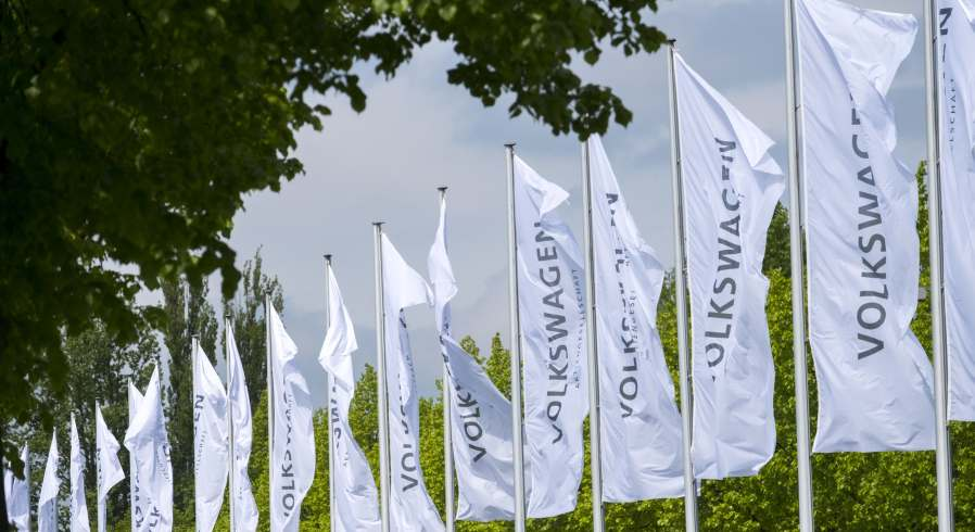 Fahnen der Marke Volkswagen AG.