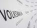 Volkswagen-Logos an einer Wand. Der Konzern befindet sich wieder in der Gewinnzone.