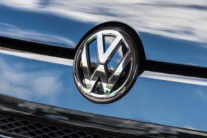 Volkswagen-Logo auf einem VW-Fahrzeug. Der Autobauer hat in seiner jüngsten Aufsichtsrats-Sitzung einige personelle Veränderungen bekanntgegeben.