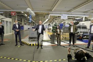 Stephan Weil im VW-Werk Wolfsburg anlässlich der Wiederaufnahme der Produktion am 27. April 2020.