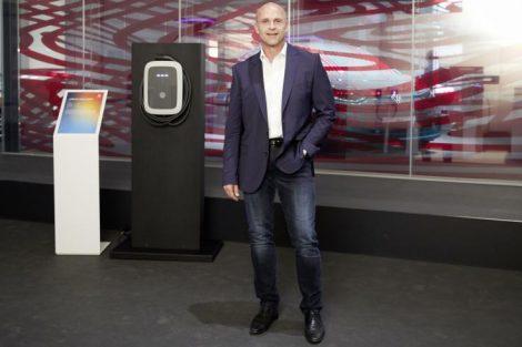 Thomas Ulbrich von VW vor eine Ladesäule