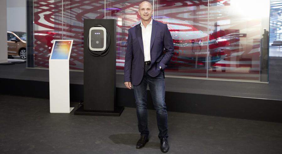 Thomas Ulbrich von VW vor einer Ladesäule